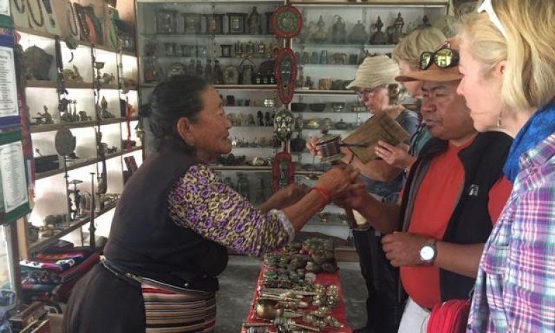 Beburu Kerajinan di Tibetan Village