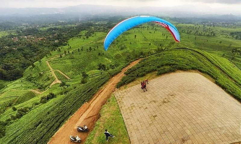 Bukit Santiong Jadi Favorit Pecinta Olah Raga Paralayang