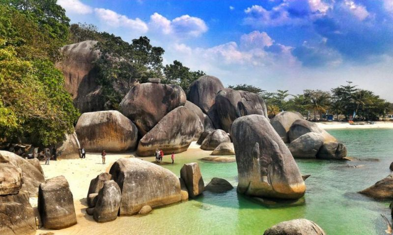 Menikmati Batu-Batu Granit Raksasa di Pantai Tanjung Tinggi